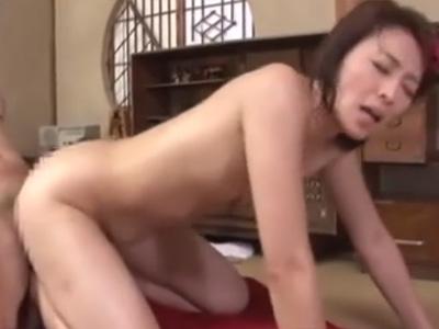 【矢部寿恵熟女動画】エアコンが壊れて汗だくの貧乳母親に欲情した息子が悪戯!