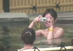 [盗撮動画]露天風呂で記念撮影をしてるお姉さん達を隠し撮り!!!