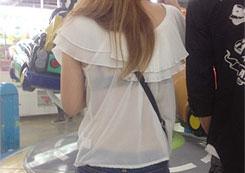 薄い着衣から「透けブラ」してる女の子に興奮するフェチスレ!街で撮られた数々の画像がこちら。