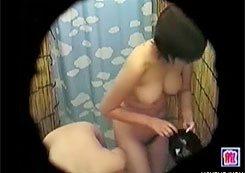 【シャワー隠撮動画】海の家のシャワー室で巨乳過ぎて水着が脱ぎにくそうな女子を隠しカメラ撮りww