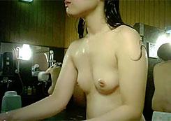 【女風呂盗撮】男子は幼少期までしか入ることが許されない禁断のエリア!
