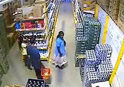 すごい万引き犯が登場!スカートの中に品物を隠す!その後どうやって歩いているのか?