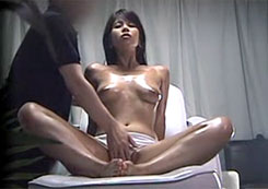 【エステ盗撮動画】アロマオイルでリラックス効果が有るマッサージから始まる猥褻施術にゾッコンの美乳セレブ妻!